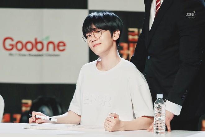 """Baekhyun (EXO) gây bão vì ảnh đầu tiên trong quân ngũ: U30 mà mặt mộc như em bé, netizen ầm ầm xin bí kíp """"hack tuổi"""" - ảnh 7"""