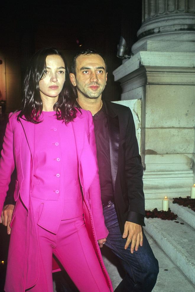 9 cặp NTK - nàng thơ nổi tiếng làng mốt: Căng nhất là màn gương vỡ lại lành sau 20 năm của Karl Lagerfeld, Audrey Hepburn thì một lòng với Givenchy - ảnh 4
