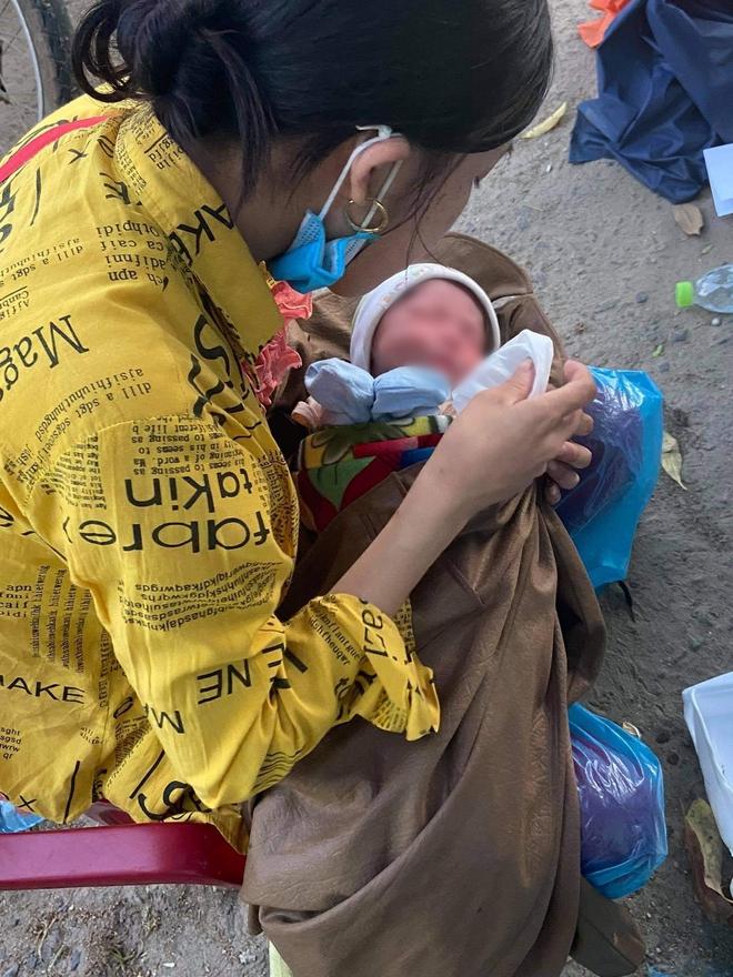Thương cháu bé 9 ngày tuổi cùng bố mẹ vượt hơn 1.000km từ Bình Dương về quê tránh dịch trên chiếc xe máy cà tàng - ảnh 1