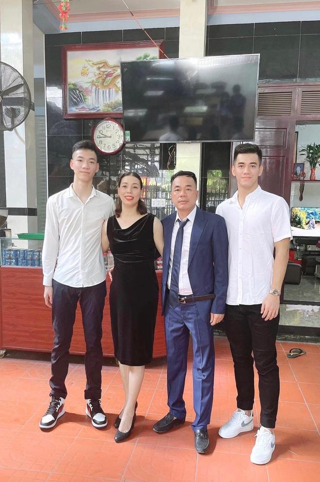 Dàn cầu thủ ĐT Việt Nam cực giản dị khi về nhà: Văn Hậu thả diều mlem mlem, Văn Toàn bị em gái bóc phốt ảnh sống ảo - Ảnh 15.
