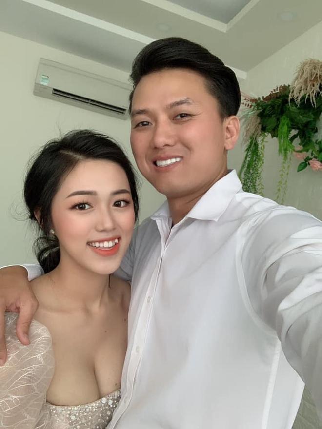 Quách Ngọc Tuyên đưa vợ trẻ kém 16 tuổi đi thi tốt nghiệp THPT, lời chúc tới