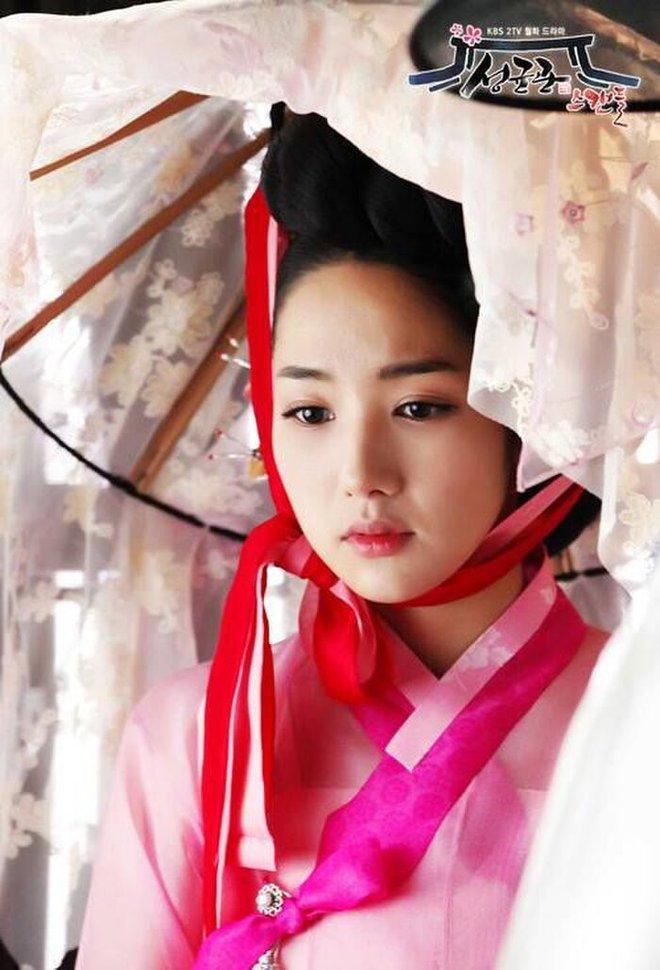 """Đọ sắc mỹ nhân Hoa - Hàn đóng cùng vai diễn: Cúc Tịnh Y lép vế trước """"nữ hoàng dao kéo"""", Shin Hye Sun không sexy bằng bản gốc - Ảnh 2."""