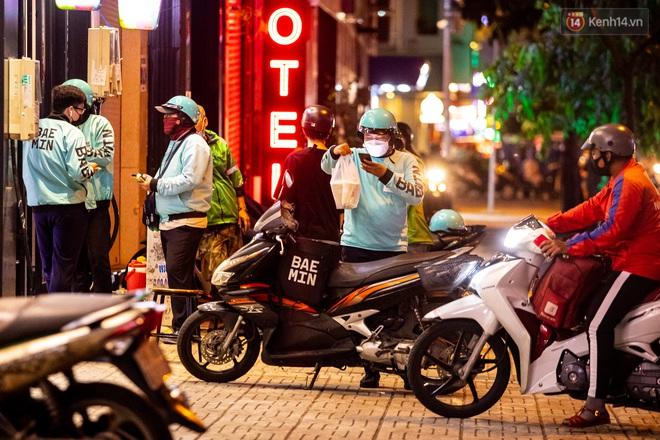 Ảnh, clip: Tấp nập những đơn hàng bán mang về cuối cùng ở Sài Gòn trước giờ giãn cách toàn thành phố - Ảnh 4.