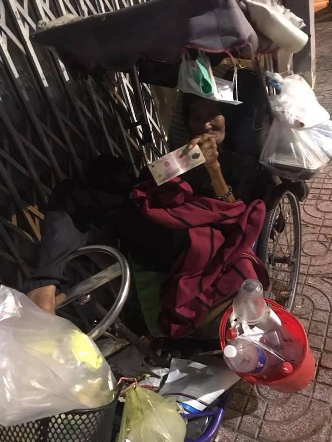 Bộ ảnh về người vô gia cư lay lắt trong đêm Sài Gòn giãn cách và những điều ấm áp nhỏ bé khiến ai cũng rưng rưng - ảnh 18