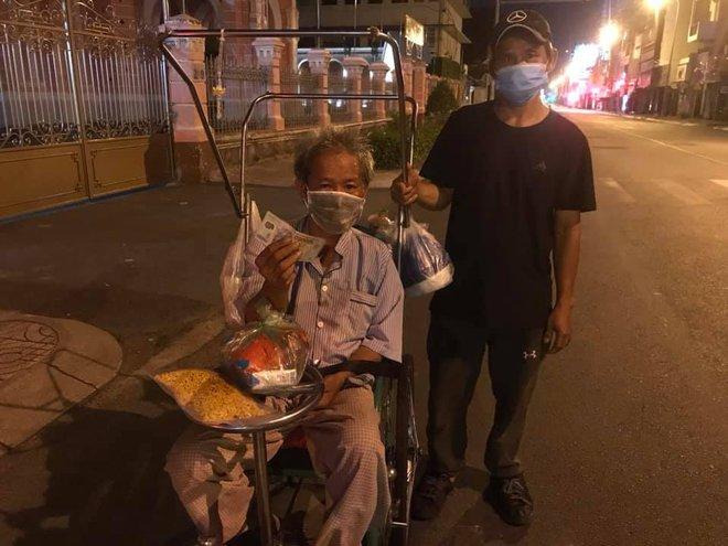 Bộ ảnh về người vô gia cư lay lắt trong đêm Sài Gòn giãn cách và những điều ấm áp nhỏ bé khiến ai cũng rưng rưng - ảnh 10