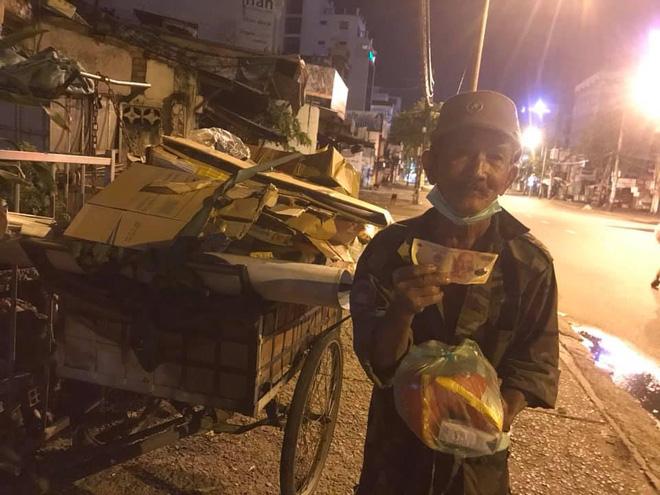 Bộ ảnh về người vô gia cư lay lắt trong đêm Sài Gòn giãn cách và những điều ấm áp nhỏ bé khiến ai cũng rưng rưng - ảnh 16
