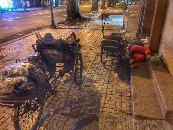 Bộ ảnh về người vô gia cư lay lắt trong đêm Sài Gòn giãn cách và những điều ấm áp nhỏ bé khiến ai cũng rưng rưng - ảnh 2