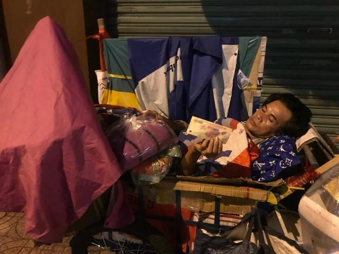 Bộ ảnh về người vô gia cư lay lắt trong đêm Sài Gòn giãn cách và những điều ấm áp nhỏ bé khiến ai cũng rưng rưng - ảnh 17