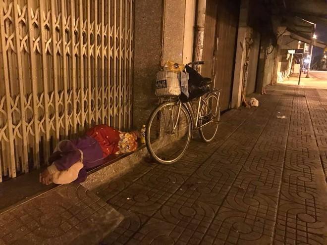 Bộ ảnh về người vô gia cư lay lắt trong đêm Sài Gòn giãn cách và những điều ấm áp nhỏ bé khiến ai cũng rưng rưng - ảnh 5