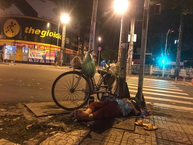 Bộ ảnh về người vô gia cư lay lắt trong đêm Sài Gòn giãn cách và những điều ấm áp nhỏ bé khiến ai cũng rưng rưng - ảnh 13