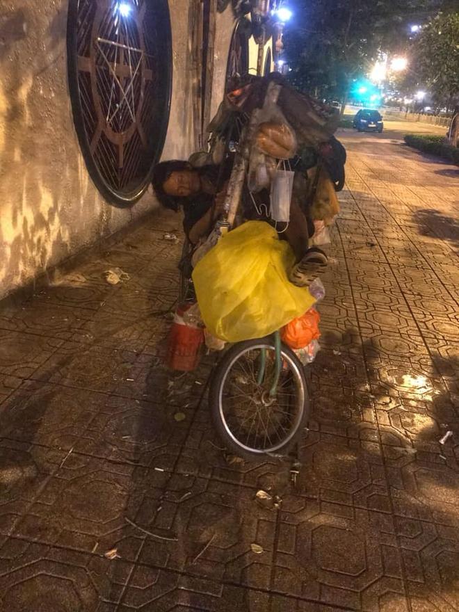 Bộ ảnh về người vô gia cư lay lắt trong đêm Sài Gòn giãn cách và những điều ấm áp nhỏ bé khiến ai cũng rưng rưng - ảnh 15