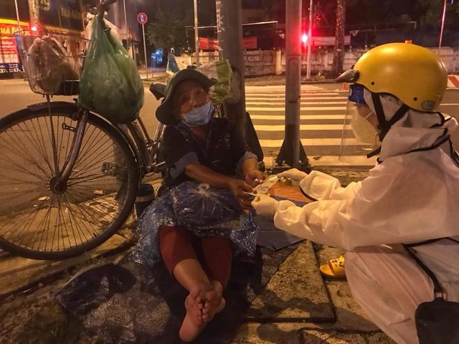 Bộ ảnh về người vô gia cư lay lắt trong đêm Sài Gòn giãn cách và những điều ấm áp nhỏ bé khiến ai cũng rưng rưng - ảnh 12