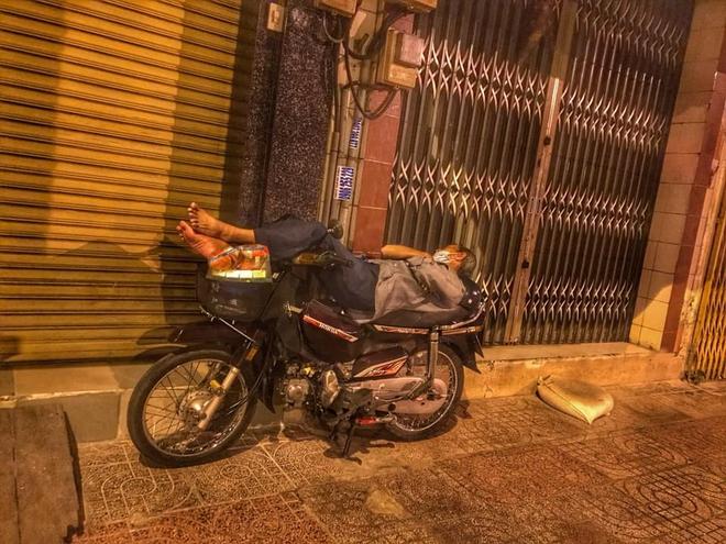 Bộ ảnh về người vô gia cư lay lắt trong đêm Sài Gòn giãn cách và những điều ấm áp nhỏ bé khiến ai cũng rưng rưng - ảnh 4