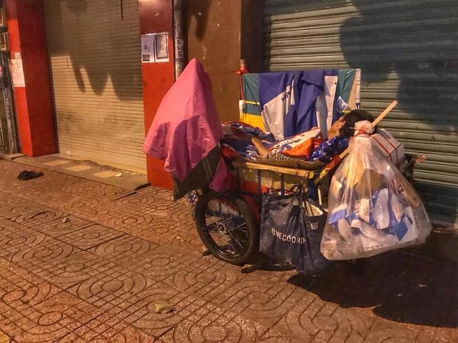 Bộ ảnh về người vô gia cư lay lắt trong đêm Sài Gòn giãn cách và những điều ấm áp nhỏ bé khiến ai cũng rưng rưng - ảnh 3