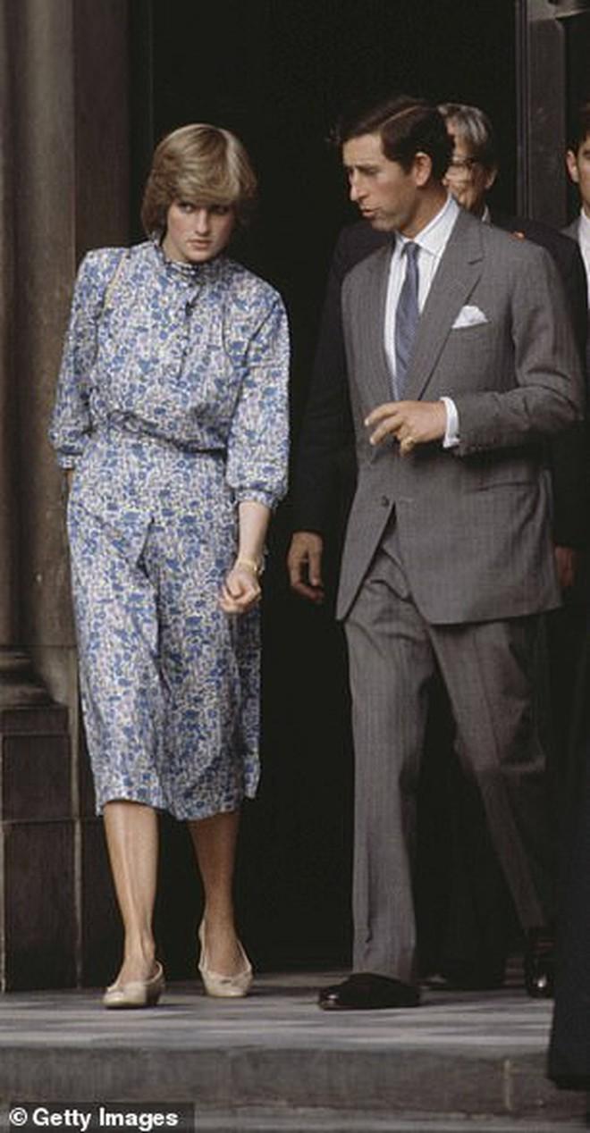 Công nương Diana không bao giờ mang giày cao quá 5cm khi còn làm vợ Thái tử Charles, nguyên nhân do đâu? - ảnh 5