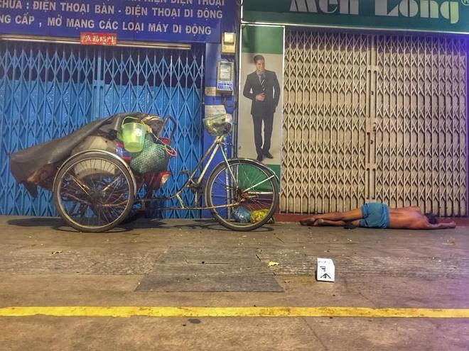 Bộ ảnh về người vô gia cư lay lắt trong đêm Sài Gòn giãn cách và những điều ấm áp nhỏ bé khiến ai cũng rưng rưng - ảnh 7