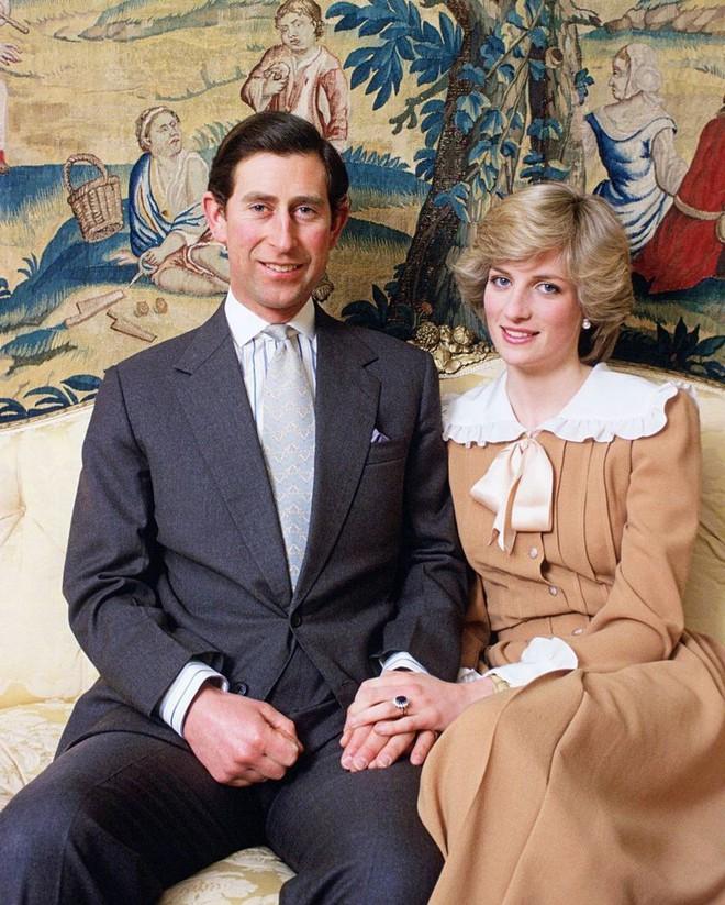 Công nương Diana không bao giờ mang giày cao quá 5cm khi còn làm vợ Thái tử Charles, nguyên nhân do đâu? - ảnh 13