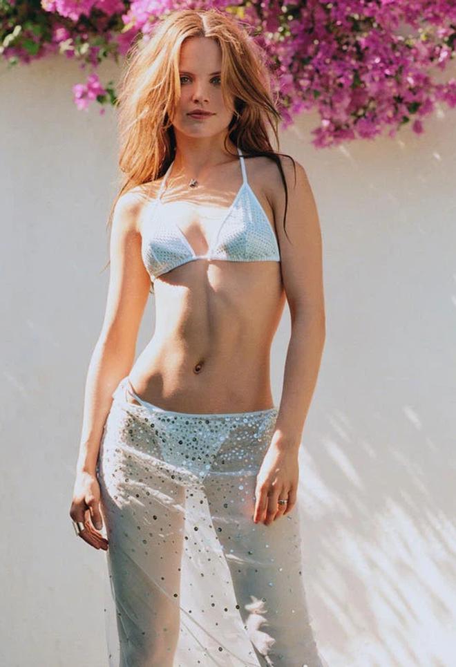 Mena Suvari - mỹ nhân lai giữa Angelina Jolie và Britney Spears: Cá tính hay ho, lên đồ chuẩn đét, xịn nhất là màn mix crop top bé bằng 1 gang tay - ảnh 8
