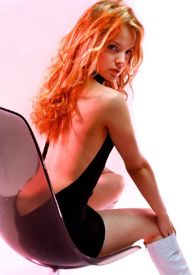 Mena Suvari - mỹ nhân lai giữa Angelina Jolie và Britney Spears: Cá tính hay ho, lên đồ chuẩn đét, xịn nhất là màn mix crop top bé bằng 1 gang tay - ảnh 13