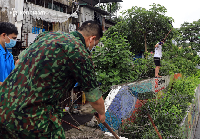 Ảnh: Hà Nội dựng hàng rào dây thép gai dọc đường Hồng Hà, phường Chương Dương - ảnh 9