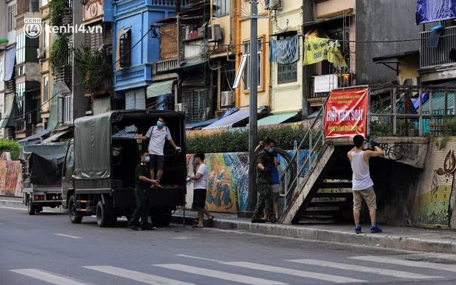 Ảnh: Hà Nội dựng hàng rào dây thép gai dọc đường Hồng Hà, phường Chương Dương - ảnh 1