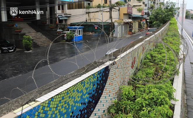 Ảnh: Hà Nội dựng hàng rào dây thép gai dọc đường Hồng Hà, phường Chương Dương - ảnh 11
