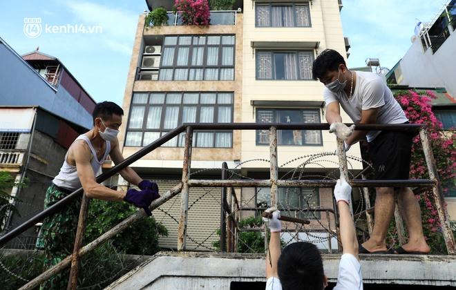 Ảnh: Hà Nội dựng hàng rào dây thép gai dọc đường Hồng Hà, phường Chương Dương - ảnh 6