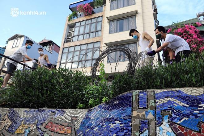 Ảnh: Hà Nội dựng hàng rào dây thép gai dọc đường Hồng Hà, phường Chương Dương - ảnh 7