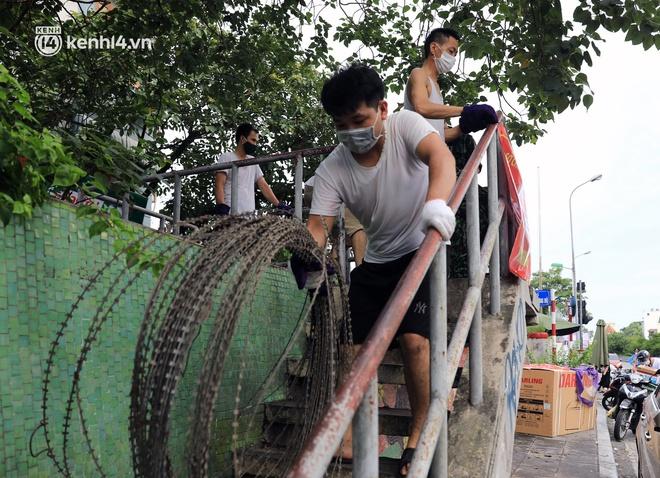 Ảnh: Hà Nội dựng hàng rào dây thép gai dọc đường Hồng Hà, phường Chương Dương - ảnh 8