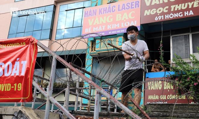 Ảnh: Hà Nội dựng hàng rào dây thép gai dọc đường Hồng Hà, phường Chương Dương - ảnh 3