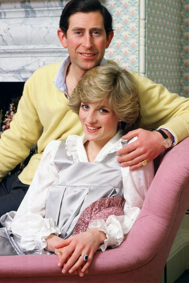 Công nương Diana không bao giờ mang giày cao quá 5cm khi còn làm vợ Thái tử Charles, nguyên nhân do đâu? - ảnh 12