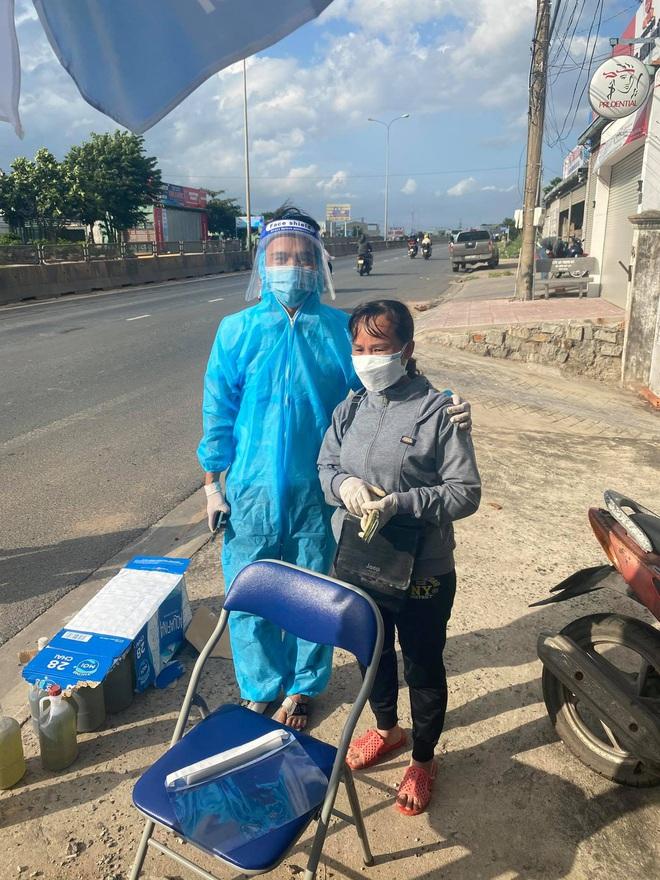 Danh tính người phụ nữ đi dép tổ ong, cầm xấp tiền hỗ trợ bà con chạy xe máy về quê tránh dịch - ảnh 2