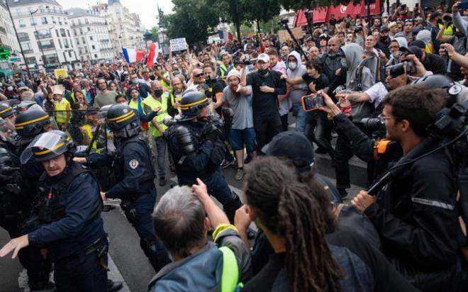 Người Pháp ồ ạt xuống đường chống giấy thông hành y tế, Ai Cập cấp chứng chỉ tiêm Covid-19 - ảnh 1
