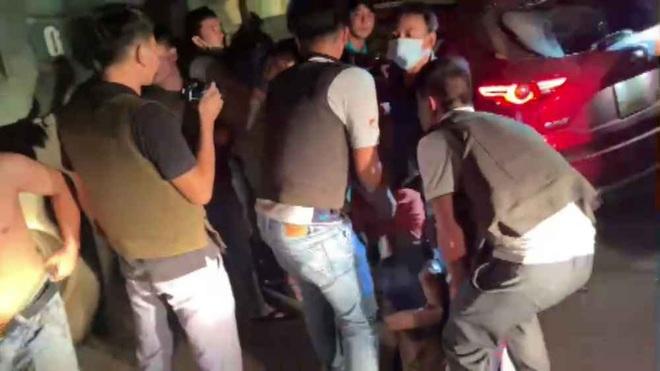 Video: Hàng chục cảnh sát chặn bắt chiếc ô tô chở ma túy và vũ khí nóng như phim hành động - ảnh 4