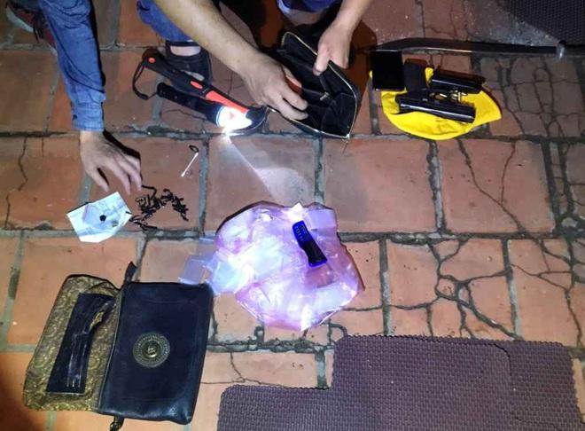 Video: Hàng chục cảnh sát chặn bắt chiếc ô tô chở ma túy và vũ khí nóng như phim hành động - ảnh 5
