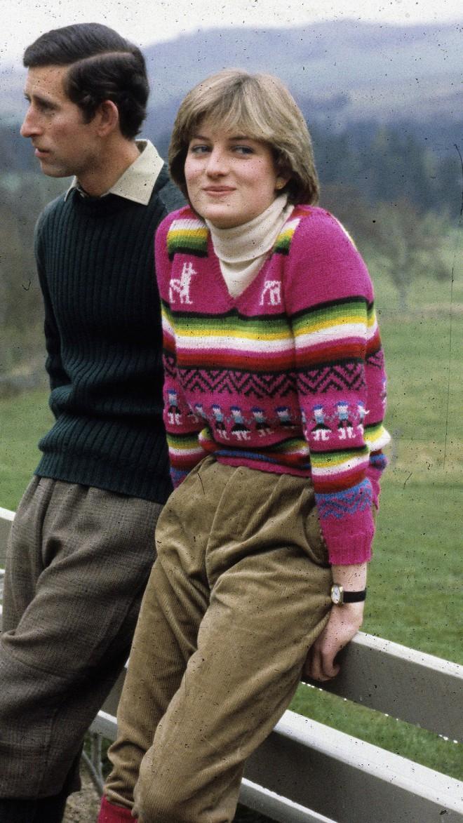 Công nương Diana không bao giờ mang giày cao quá 5cm khi còn làm vợ Thái tử Charles, nguyên nhân do đâu? - ảnh 11