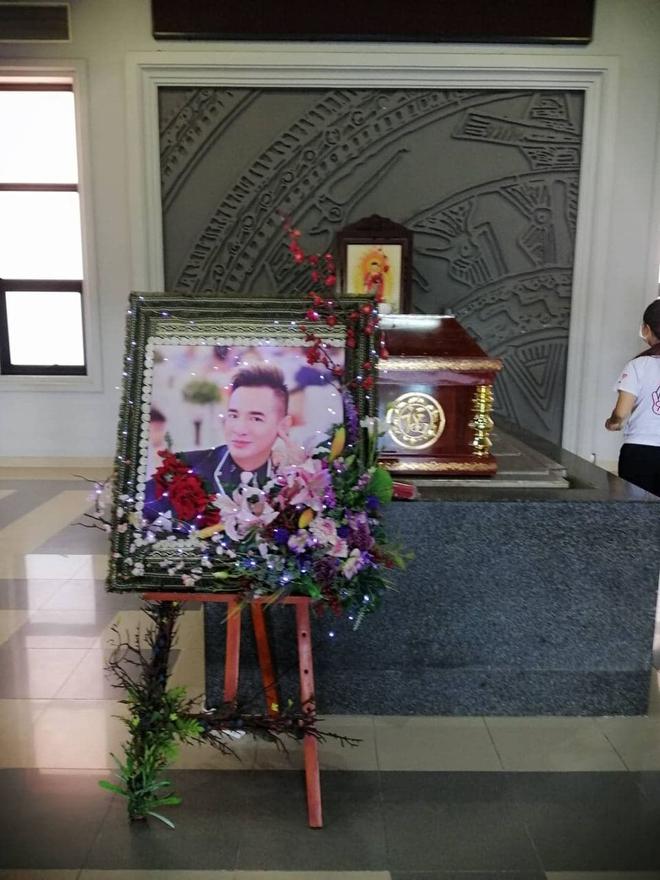 Tang lễ gấp rút của ca sĩ Việt Quang: Không kèn trống, khâm liệm tại nhà riêng, xót xa nụ cười người quá cố trên di ảnh - Ảnh 5.