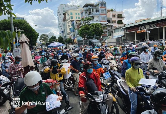 TP.HCM: Hàng trăm phương tiện ùn ứ kéo dài khi triển khai kiểm tra người dân ra đường bằng hình thức mới - Ảnh 16.