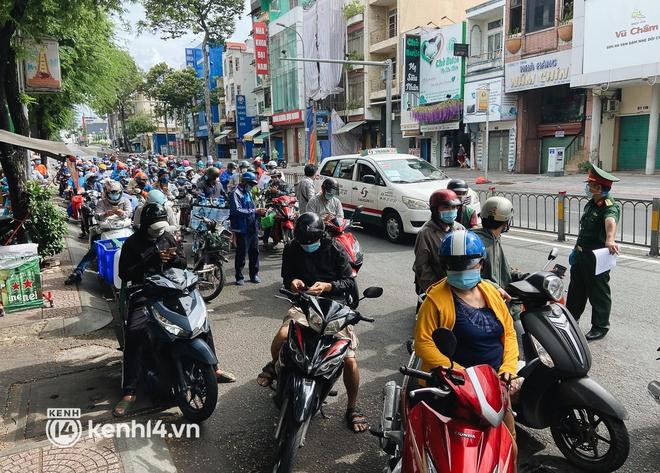 TP.HCM: Hàng trăm phương tiện ùn ứ kéo dài khi triển khai kiểm tra người dân ra đường bằng hình thức mới - Ảnh 3.
