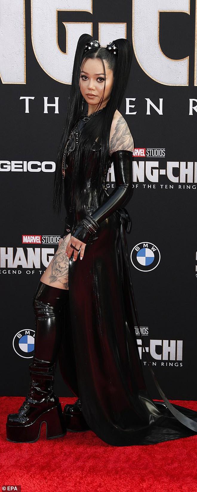 """Thảm đỏ bom tấn Marvel Shang-Chi: Hoa hậu TVB bị hot TikToker hở bạo """"chặt đẹp"""", Mark Tuan (GOT7) át cả nam chính và dàn siêu sao - Ảnh 12."""
