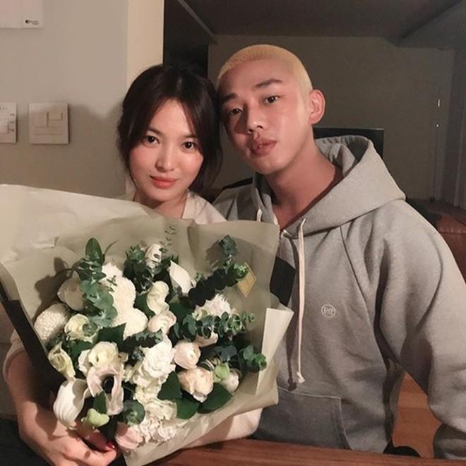 Top 1 Naver: Cả kho ảnh tình tứ của Song Hye Kyo - Yoo Ah In gây bão, truyền thông Hàn đặt dấu hỏi vì sao cả hai không hẹn hò - Ảnh 6.