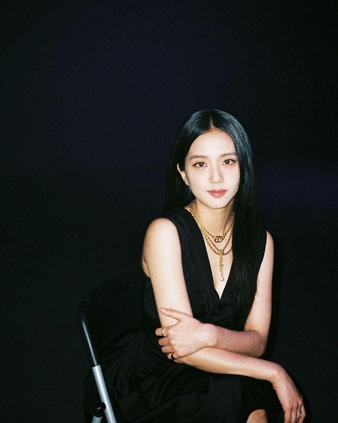 Jisoo (BLACKPINK) hiếm lắm mới diện váy xẻ khoe vòng 1 mất máu, visual và khí chất Hoa hậu Hàn Quốc bỗng thay đổi hẳn - Ảnh 3.