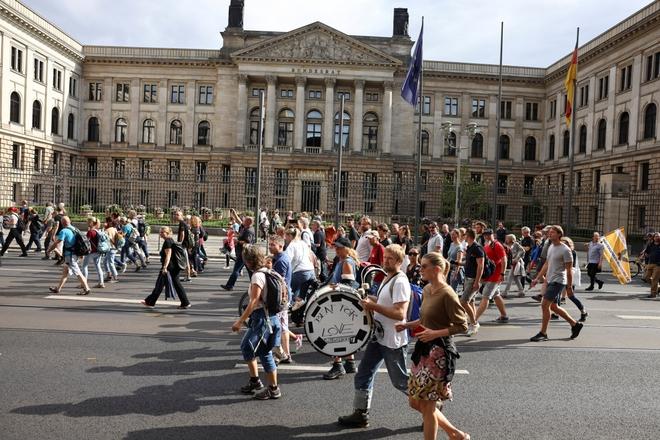 Biểu tình phản đối hạn chế xã hội và tiêm vaccine lan khắp châu Âu - ảnh 1