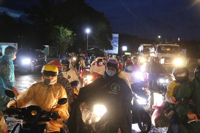 Trắng đêm phát nhu yếu phẩm cho hàng ngàn người về quê tránh dịch - ảnh 1