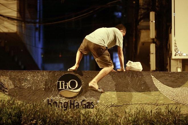Quận Hoàn Kiếm thông tin vụ việc người dân vượt rào thép gai rời khỏi vùng phong tỏa - ảnh 1