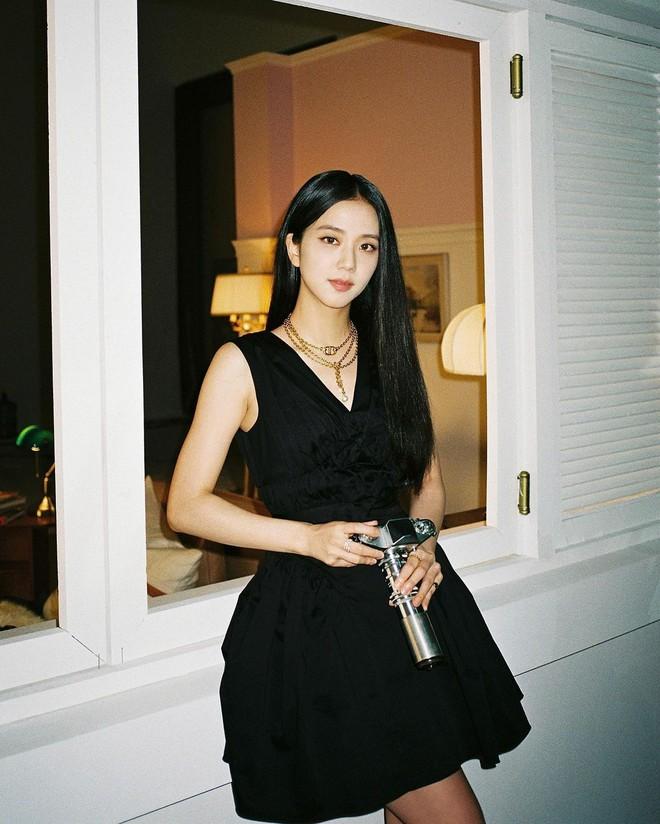 Jisoo (BLACKPINK) hiếm lắm mới diện váy xẻ khoe vòng 1 mất máu, visual và khí chất Hoa hậu Hàn Quốc bỗng thay đổi hẳn - Ảnh 6.