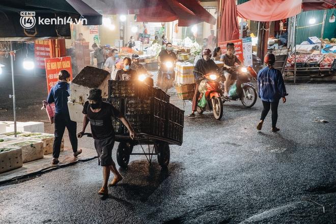 Hà Nội: Phong tỏa khu vực hải sản trong chợ Long Biên, tập trung truy vết liên quan ca Covid-19 từng đến đây - Ảnh 12.