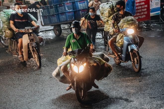 Hà Nội: Phong tỏa khu vực hải sản trong chợ Long Biên, tập trung truy vết liên quan ca Covid-19 từng đến đây - ảnh 11