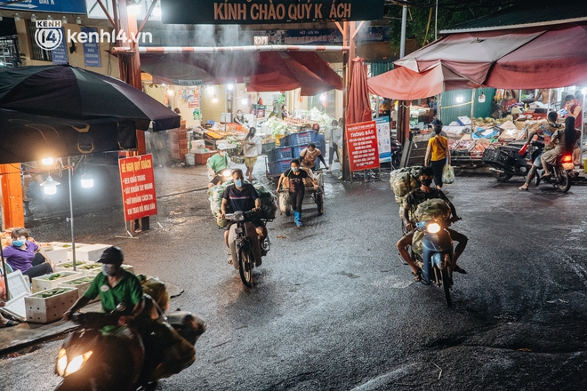 Hà Nội: Phong tỏa khu vực hải sản trong chợ Long Biên, tập trung truy vết liên quan ca Covid-19 từng đến đây - ảnh 15