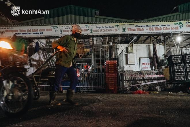 Hà Nội: Phong tỏa khu vực hải sản trong chợ Long Biên, tập trung truy vết liên quan ca Covid-19 từng đến đây - ảnh 4